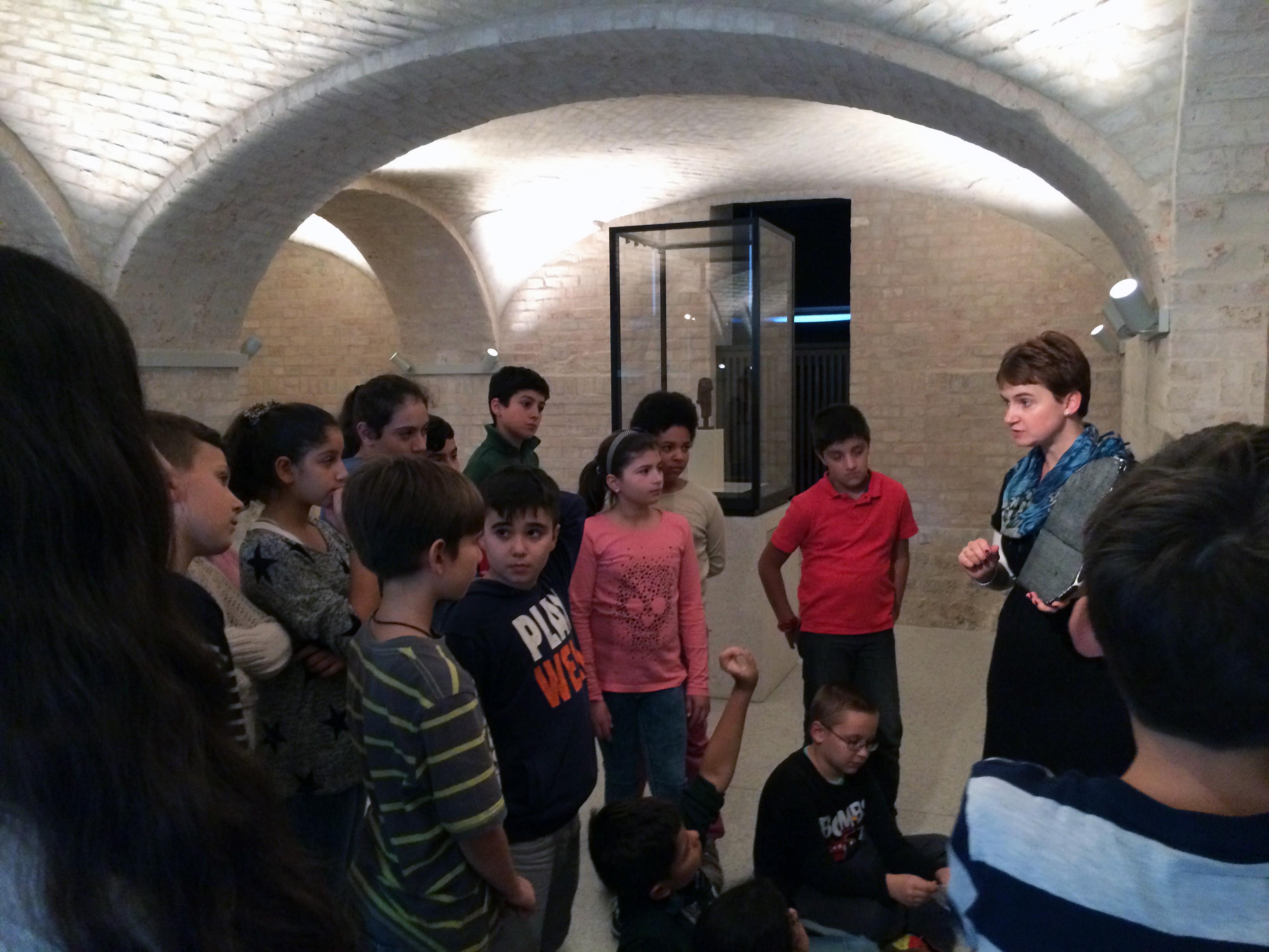 Schüler*innen der Grundstufe bei einem Museumsbesuch